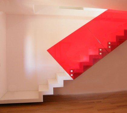Маршевая лестница на косоурах Wall L