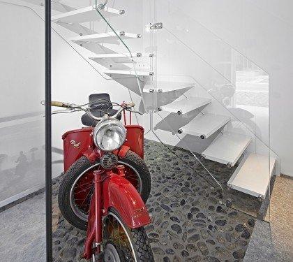 Маршевая лестница на тетиве со стеклянным ограждением Uno S