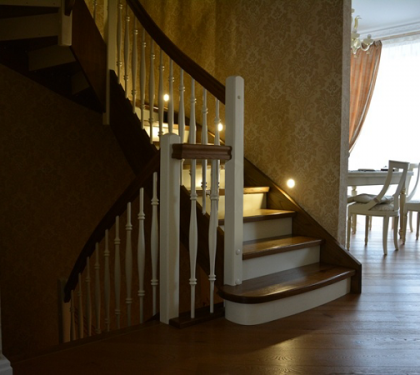 Маршевая лестница на тетивах с подступенками Классик