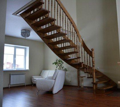 Маршевая лестница на больцах и тетиве Лира