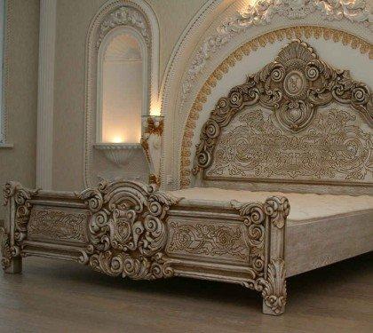 Резная кровать из дерева ручной работы