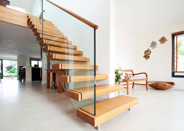 Консольная лестница из дерева и стекла