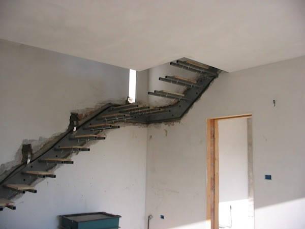Монтаж консольной лестницы с металлической несущей