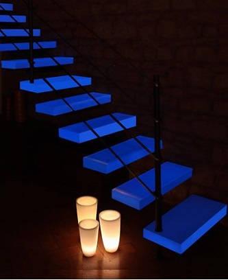 Консольная лестница с подсветкой ступеней синим цветом