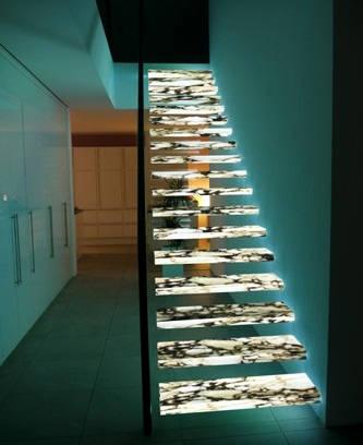 Консольная лестница с подсветкой всех ступеней
